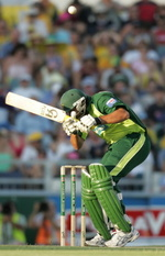 Inzamam-ul-Haq takes evasive action to a bouncer