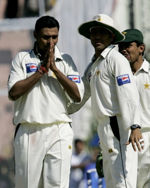 Danish Kaneria congratulated by team-mate Younis Khan
