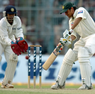 Younis Khan cuts as wicketkeeper Dinesh Karthik looks on