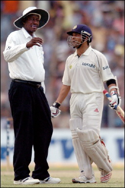Sachin Tendulkar speaks with umpire Steve Bucknor
