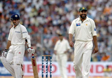 Sachin Tendulkar shares a joke with Inzamam-ul-Haq