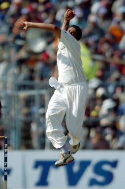 Anil Kumble delivers a ball during the fifth and final day