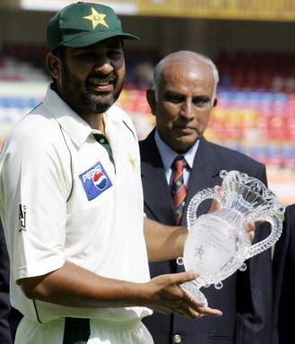 Inzamam-ul-Haq holds a trophy presented by the Karnataka Cricket Association