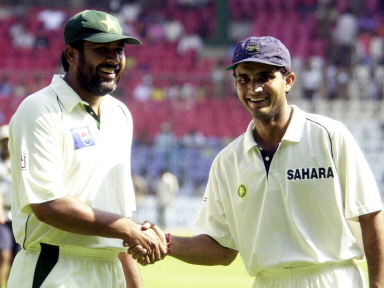 Inzamam-ul-Haq and Sourav Ganguly chat at the close of play