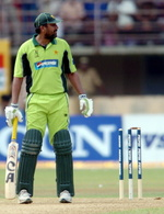 Inzamam-ul-Haq look towards square-leg umpire