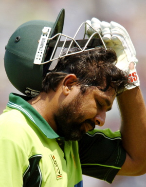 Inzamam-ul-Haq removes his helmet after he was out on 24