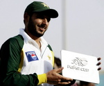 Shahid Afridi holds the 'Man of the Match' award