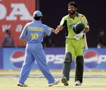 Inzamam-ul-Haq smiles as he shakes hands with Sachin Tendulkar