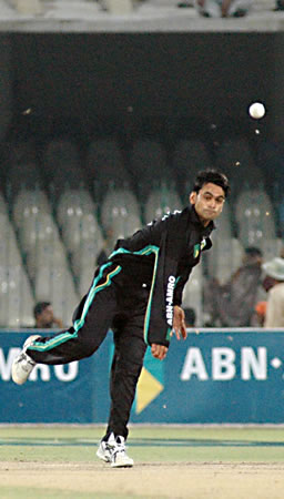Mohammad Hafeez bowling