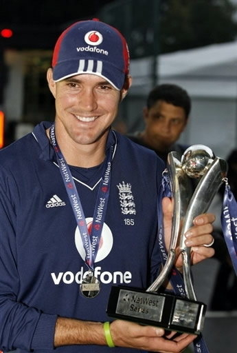 Kevin Pietersen holds Natwest Trophy