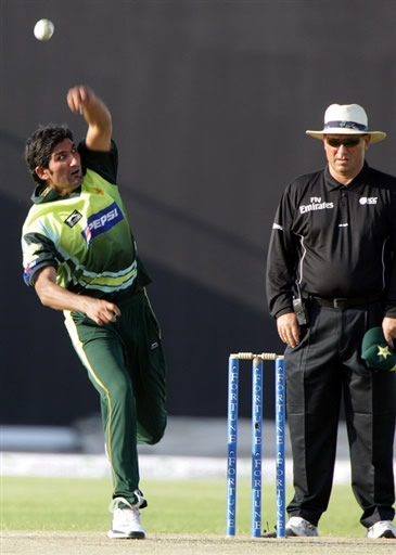 Sohail Tanvir about to deliver the ball