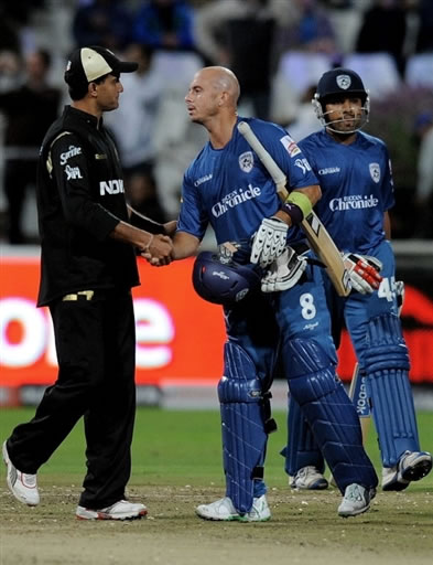 Herschelle Gibbs shakes hand with Gangully