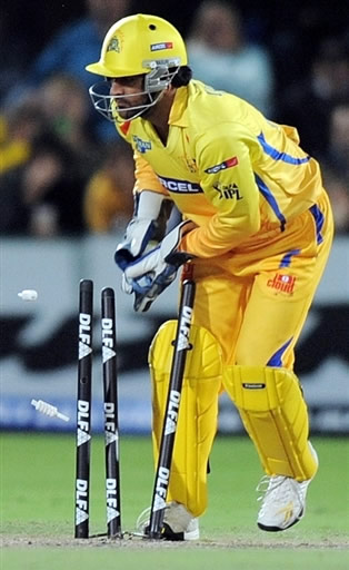 Dhoni removes stumps to run out Steyn