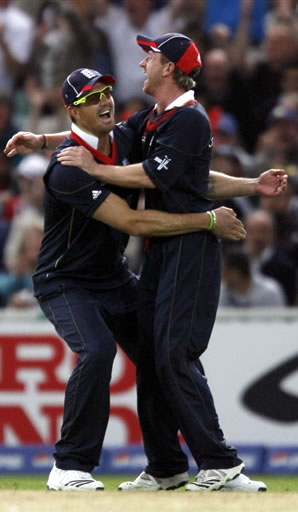 Pietersen & Collingwood celebrate the wicket of Shehzad