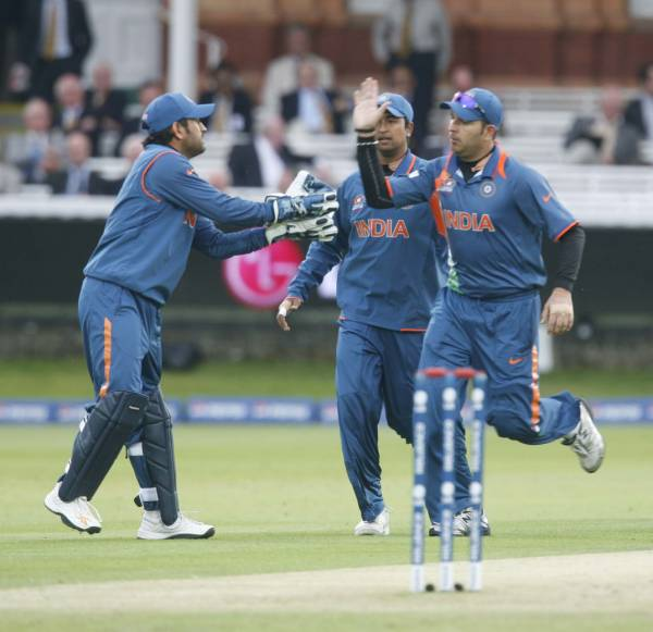 Dhoni congratulates his deputy