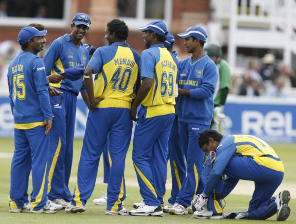 Sri Lankan team congratulates Mendis