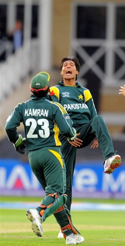 Mohammad Aamer celebrates the wicket of Smith