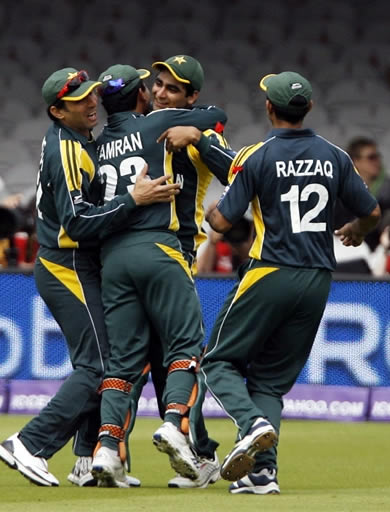 Pakistan celebrate the wicket of Dilshan