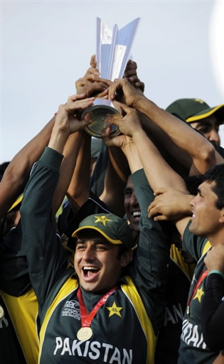 Saeed Ajmal holds the trophy