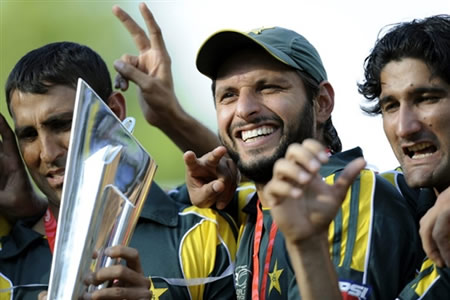 Younis & Afridi hold the trophy