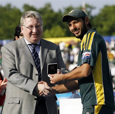 Shahid Afridi receives Man of the Match award