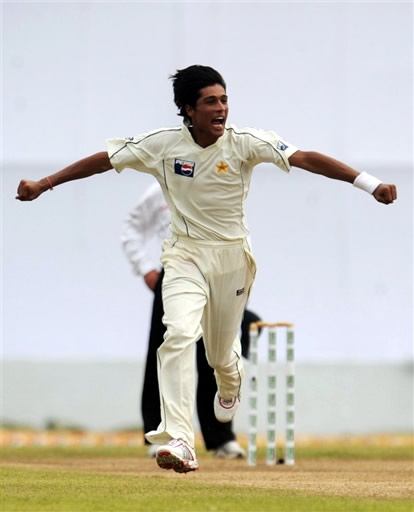 Mohammad Aamer celebrates the wicket of Dilshan