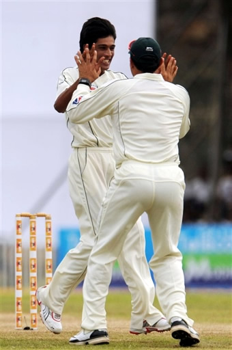Aamer & Misbah celebrate the wicket of Dilshan