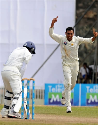 Younis Khan celebrates the wicket of Dilshan
