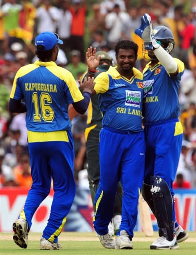 Muralitharan celebrates the wicket of Younis Khan