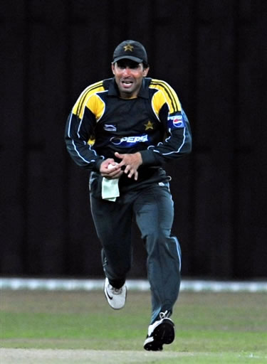 Misbah takes the catch of Jayasuriya