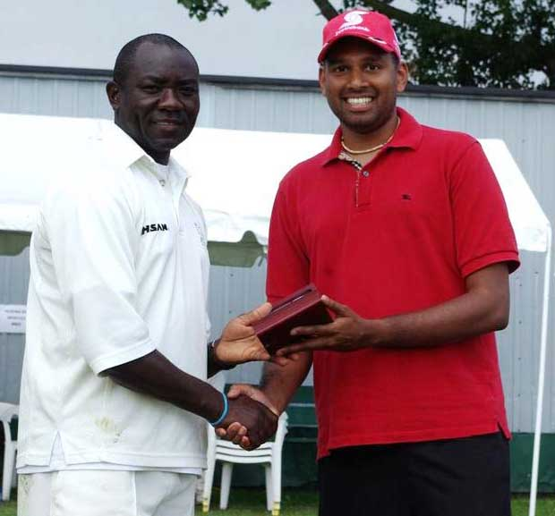 Steve Tikolo receiving his Man of the Match Award from  Ravin Moorthy