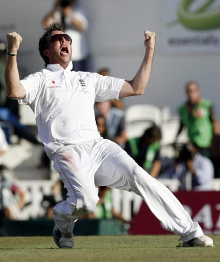 Graeme Swann celebrates the wicket of Hussey & England win The Ashes 2009