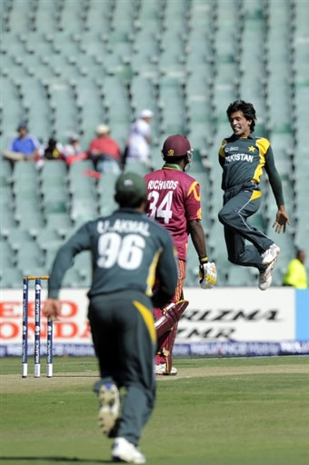 Mohammad Aamer celebrates the wicket of Richards