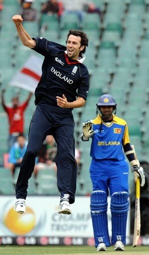 Graham Onions celebrates the wicket of Jayasuriya