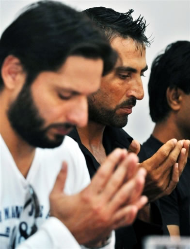 Shahid Afridi & Younis Khan pray for the wife of legend Wasim Akram