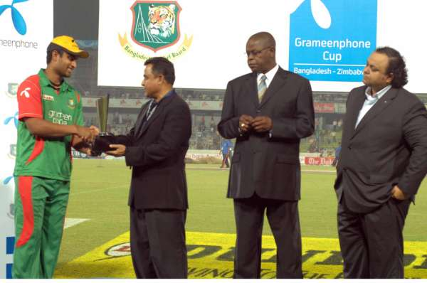 Grameenphone man of the match Tamim Iqbal receiving the trophy