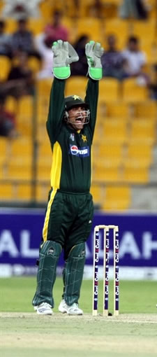 Kamran Akmal appeals for lbw