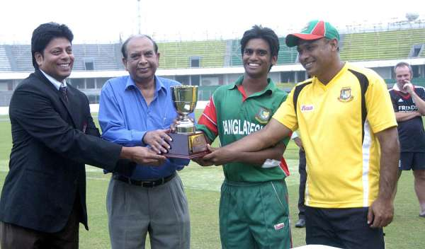 Mahmudul Hasan and Assistant Coach  Mizanur Rahman receiving the series winners' trophy