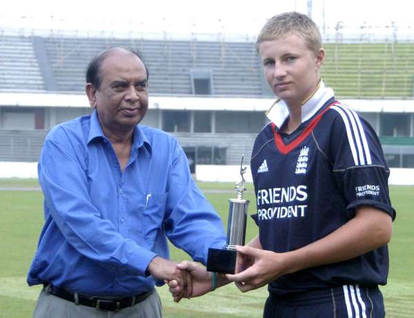 Man of the Series Joe Root (R) of England Under 19 Team receiving his trophy