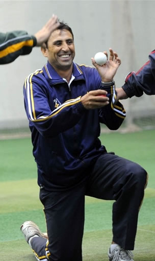 Younis Khan gives tips during a coaching course