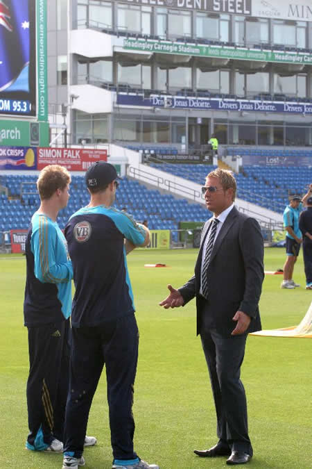 Shane Warne giving some tips to Smith and Katich before the start of final day's play