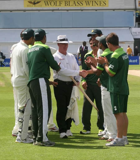 Pakistan team shake hands with Rudi Koertzen as that was Rudi's last Test match as an umpire