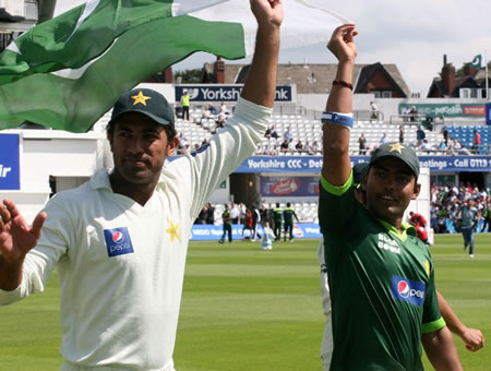 Wahab and Umar are waving Pakistan flag after historic win over Australia