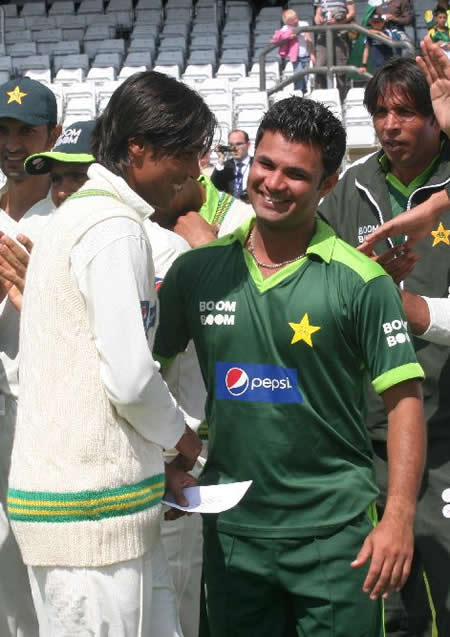 Farhat congratulates Aamer after getting Man of the Match award