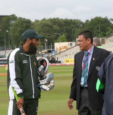 Mohammad Yousuf talking with match referee Madugalle during practice session