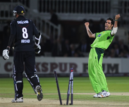 Umar Gul celebrates the wicket of Broad