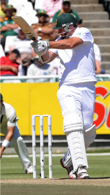 Graeme Smith hooks a ball for four