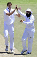 Morne Morkel celebrates the wicket of Dinesh Chandimal with Hashim Amla