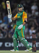 Faf du Plessis acknowledges applause for his half-century