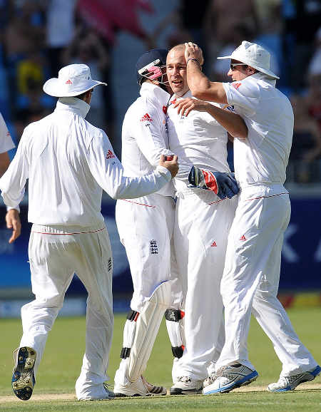 England congratulate Jonathan Trott on his bonus wicket of Younis Khan